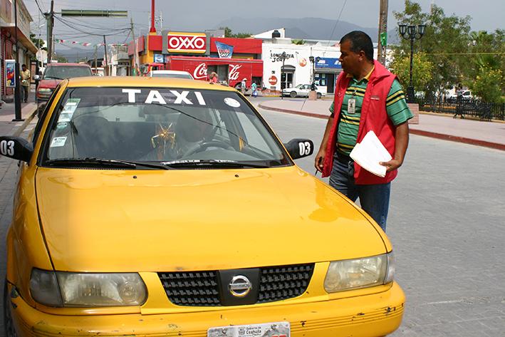 Fija tarifas de cobro a taxista de Castaños.