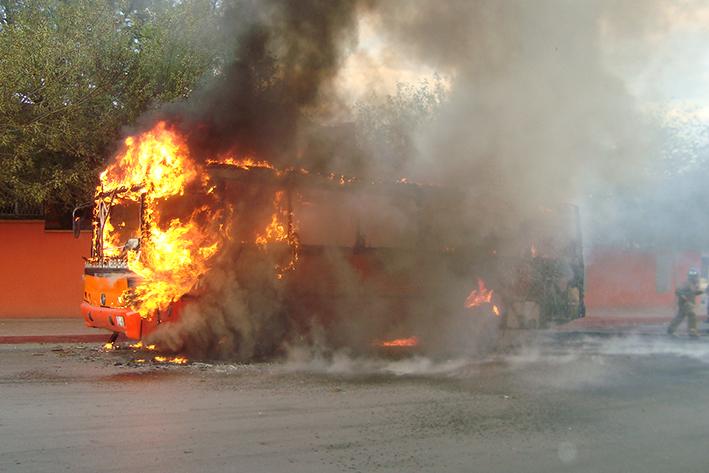 Arde camión de pasajeros