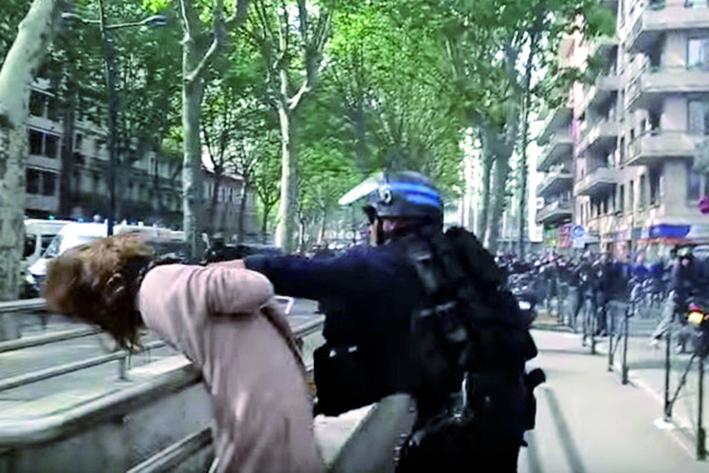 Policía agrede  a mujer