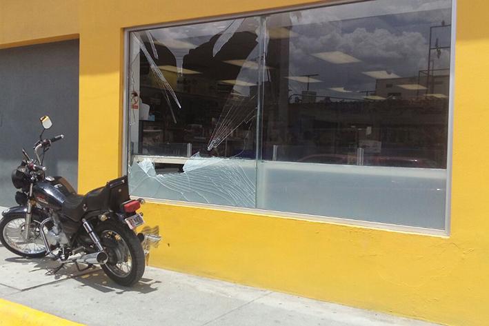 Sale volando  motociclista