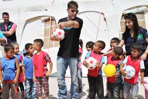 Ricky Martin visita y juega con refugiados sirios