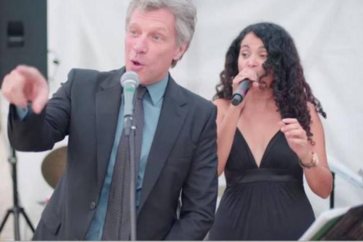 Jon Bon Jovi canta en una boda