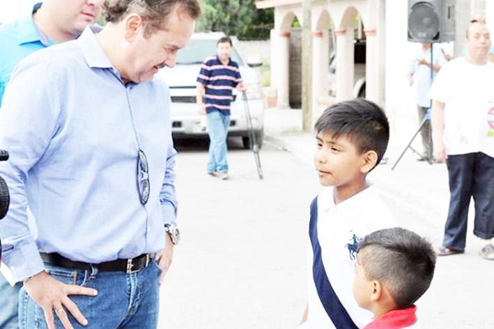 Piden niños al Alcalde alumbrado en canchas
