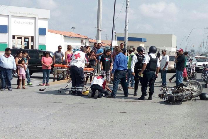 Familia en moto herida en choque