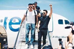 Luis Fonsi y Ricky Martin llegan a Puerto Rico para ayudar