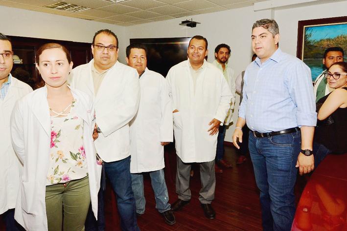 Entrega Alfredo Paredes incentivos a 27 médicos
