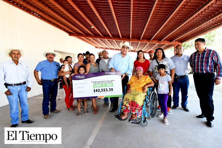 Entrega Alcalde cheque a campesinos de El Oro