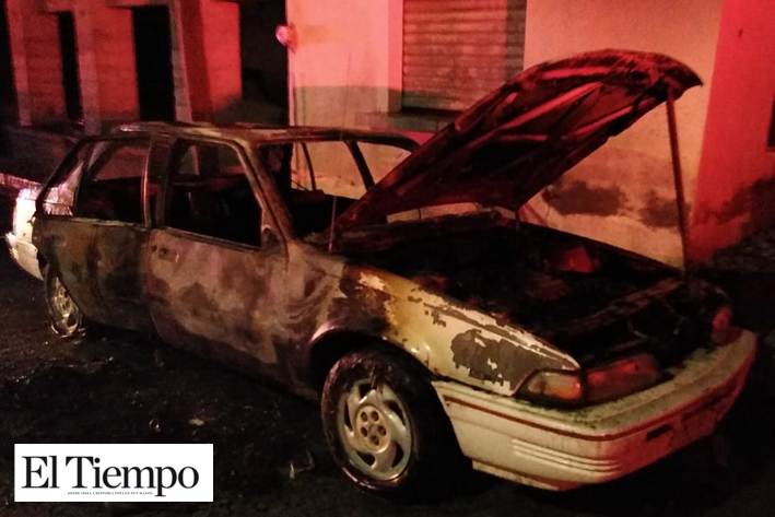 Fuego convierte auto en chatarra