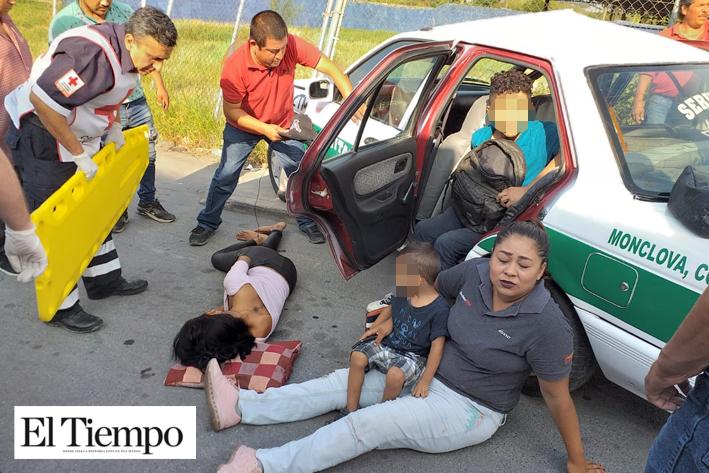 Salen lesionados pasajeros de taxi