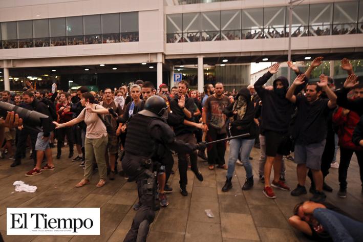 Catalanes toman las calles y colapsan el aeropuerto de Barcelona