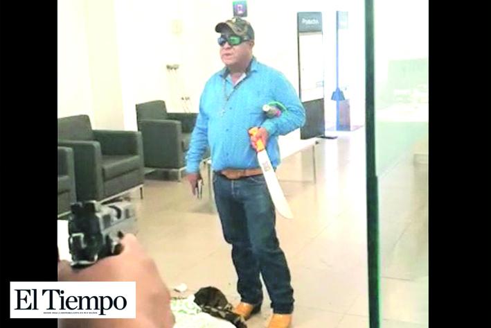 Hombre intenta asaltar banco con un machete para 'salvar al mundo'