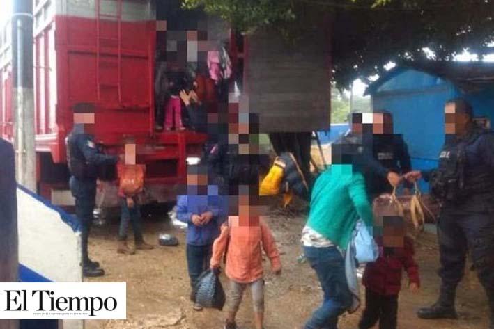 Rescatan a 100 migrantes en carretera de Veracruz