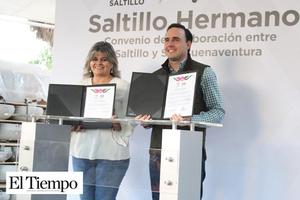 Dona alcalde de Saltillo mil lámparas a Gladys