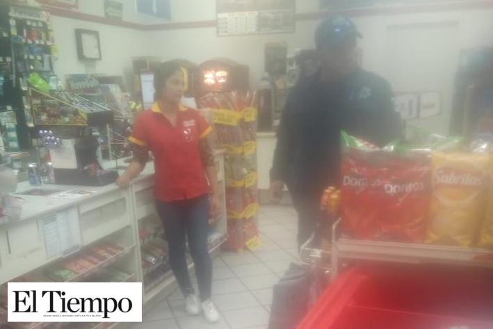 ROBA CHUCHERÍAS DE TIENDA