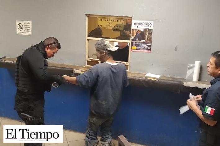 LE GANA EL SUEÑO EN LA BANQUETA