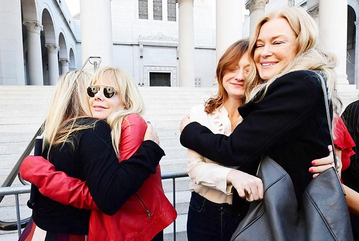 Actrices celebran sentencia  de 23 años de cárcel a Weinstein