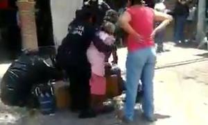 Policías forcejean con anciana que no usaba cubrebocas en Querétaro (Video)