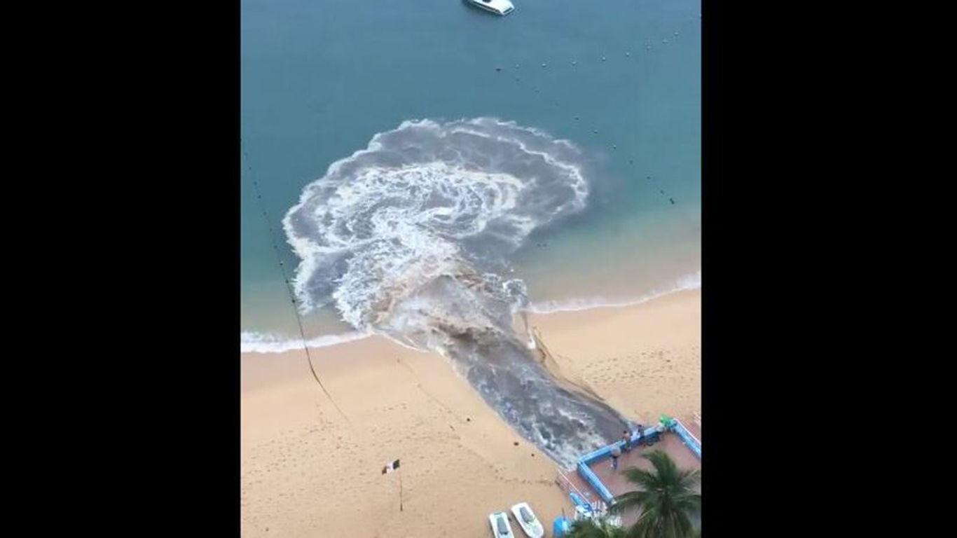 Autoridades niegan descarga de aguas negras en playa de Acapulco