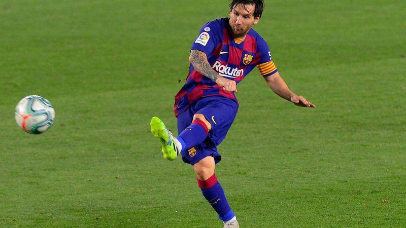Messi va por el gol 700