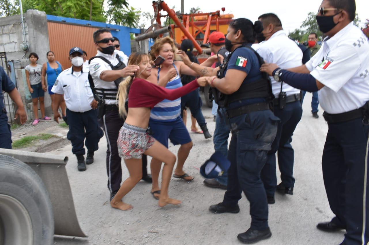 Riña campal entre policías y vecinos de la Hipódromo