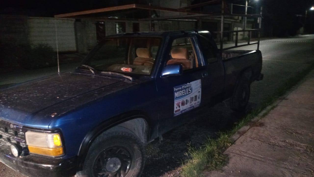 Abandonan camioneta