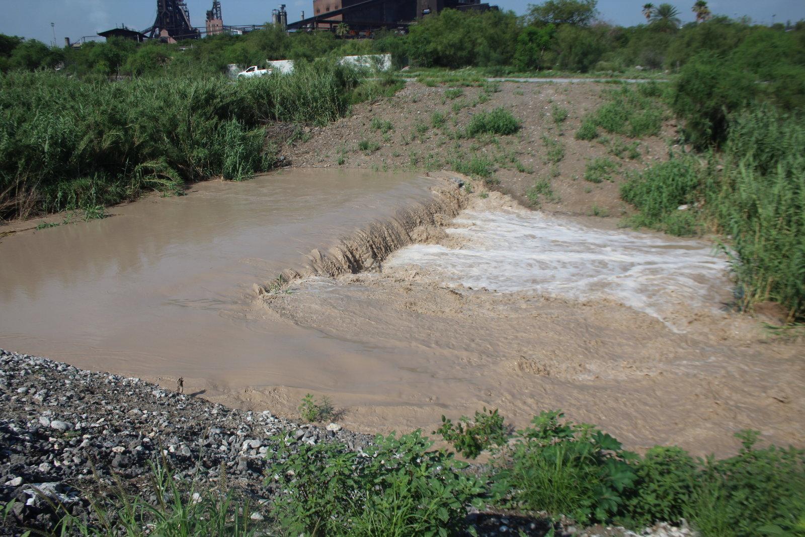 La creciente en el río Monclova movilizó a bomberos