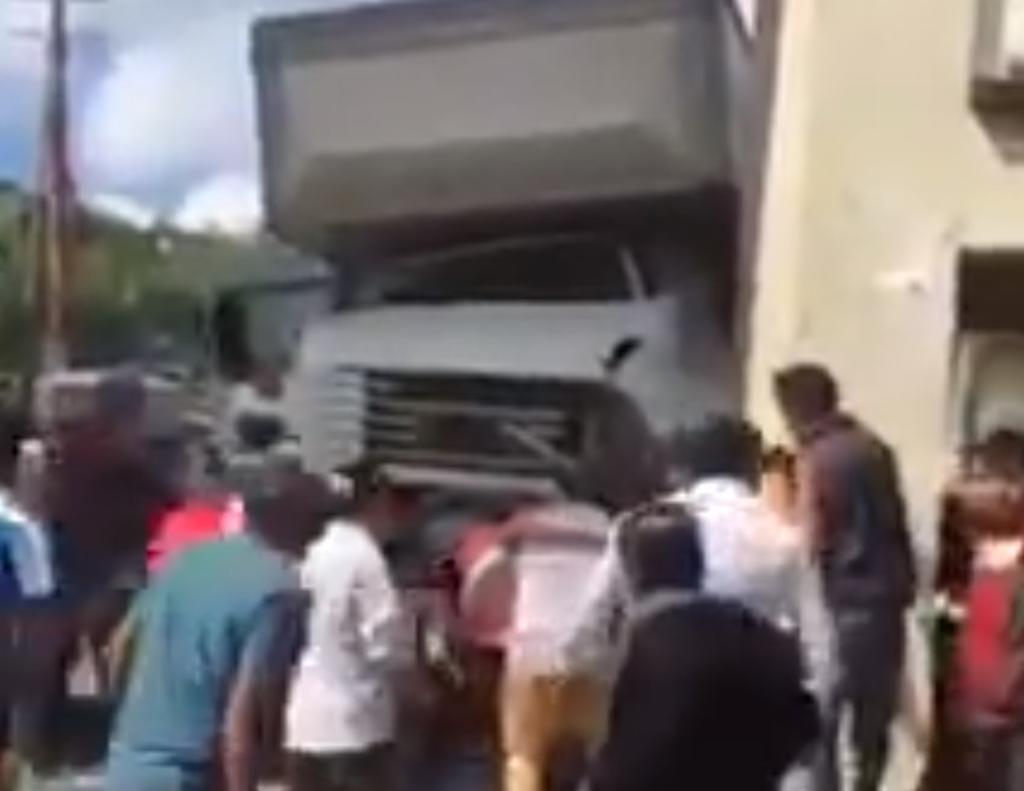 Camión del IMSS pierde el control y arrolla a peatones en Chiapas