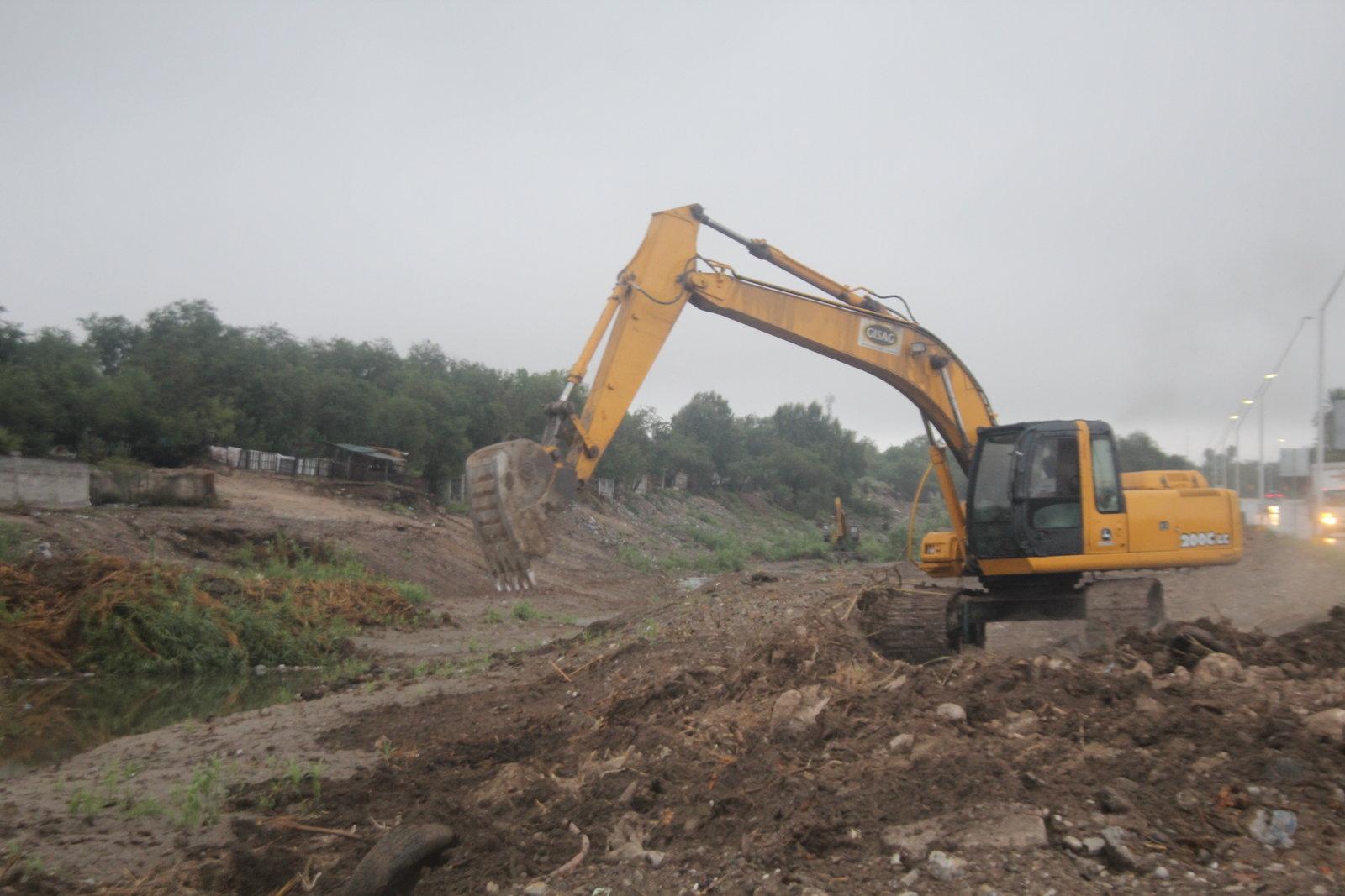 Desazolvan el Río Monclova y demás cauces naturales