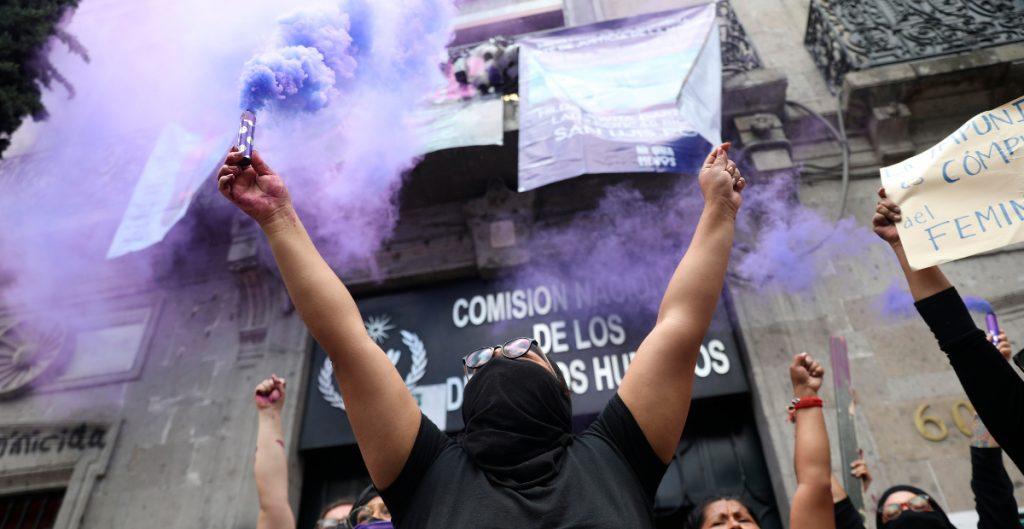 Manifestantes queman inmobiliario de la CNDH