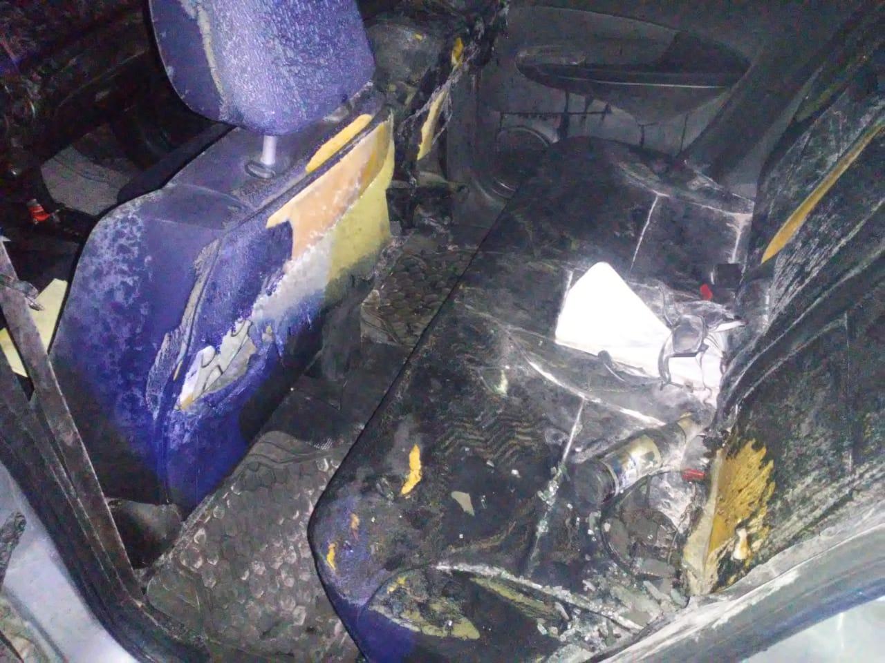 Incendian vehículo con bomba molotov