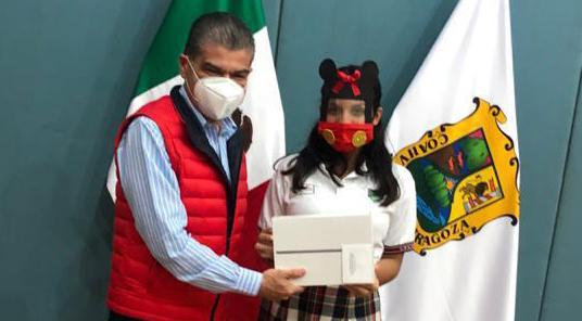 Premia mars a la ganadora del  concurso 'Cubrebocas Creativo'
