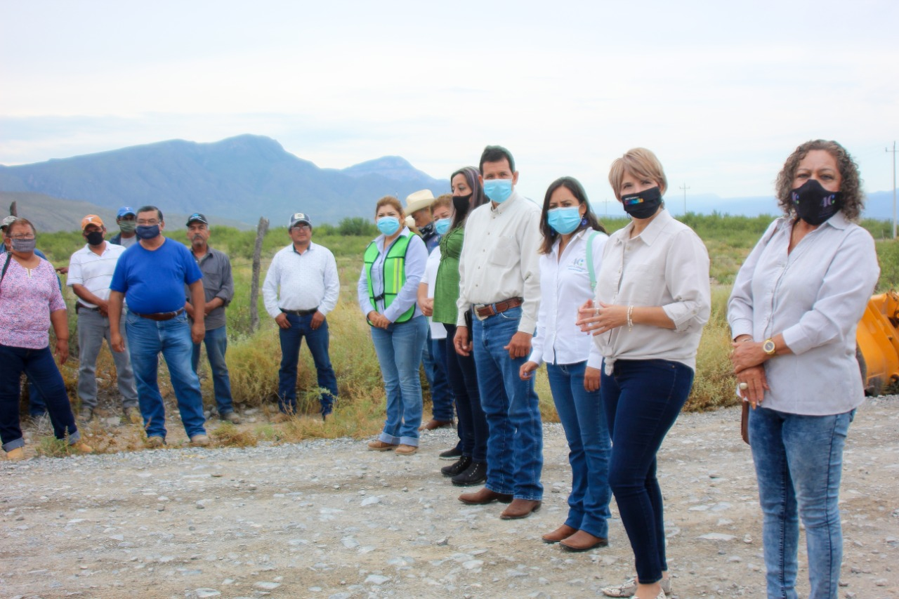 Rehabilitan camino  a Ejido San Vicente  y a Ejido El Venado