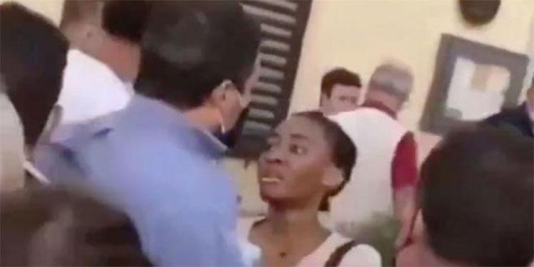 Una mujer se abalanza sobre Salvini y le arranca el rosario y rompe la camisa