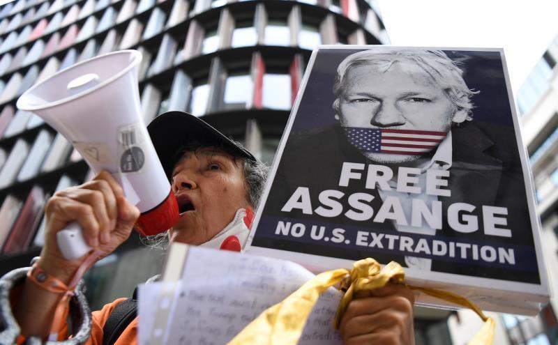 El juicio de Assange se aplaza al lunes por un posible caso de COVID-19