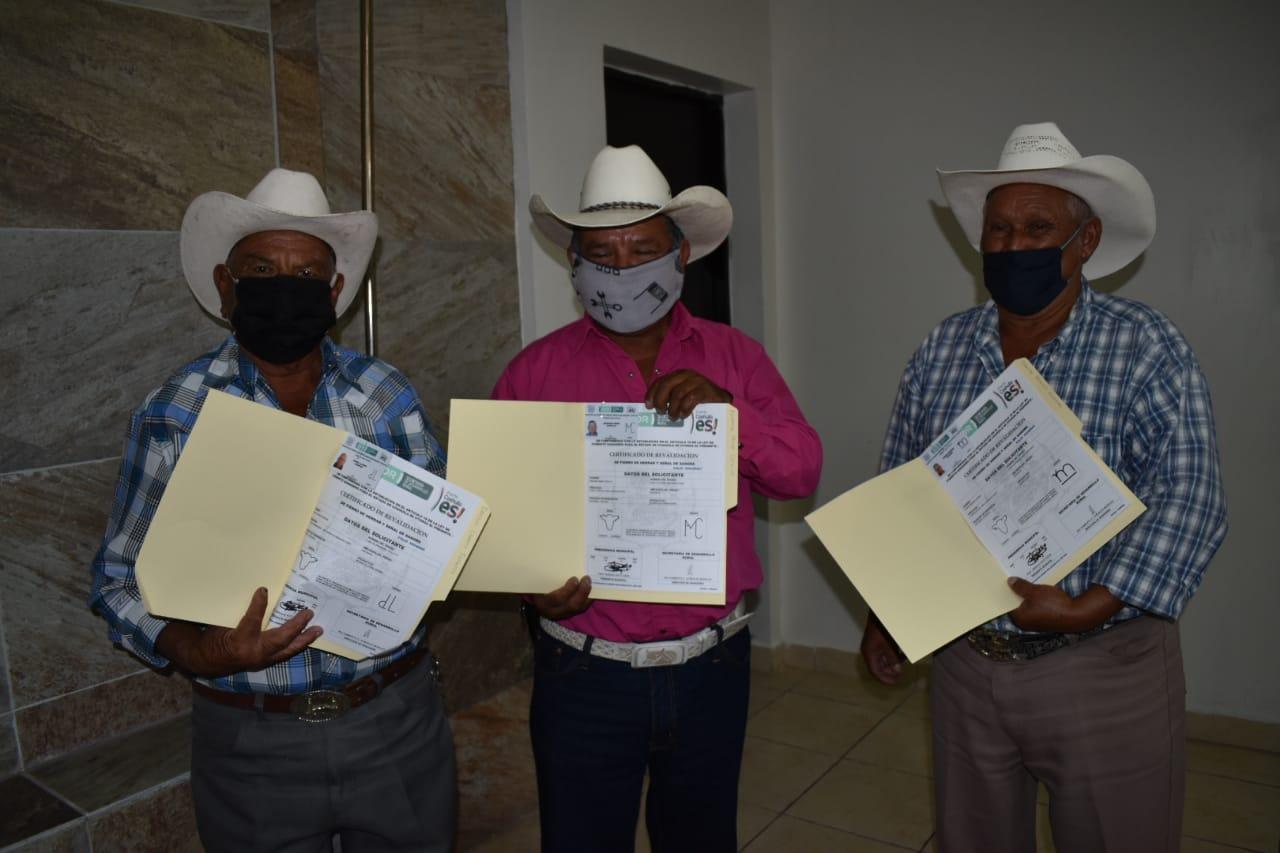 Reciben productores 289 fierros de herrar y señal de sangre
