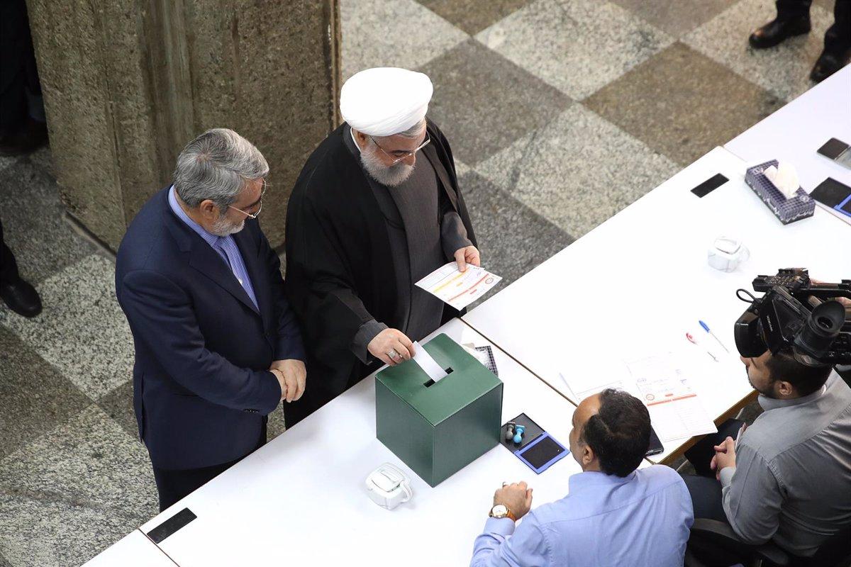 Irán celebra segunda vuelta de las parlamentarias, aplazada por la COVID-19