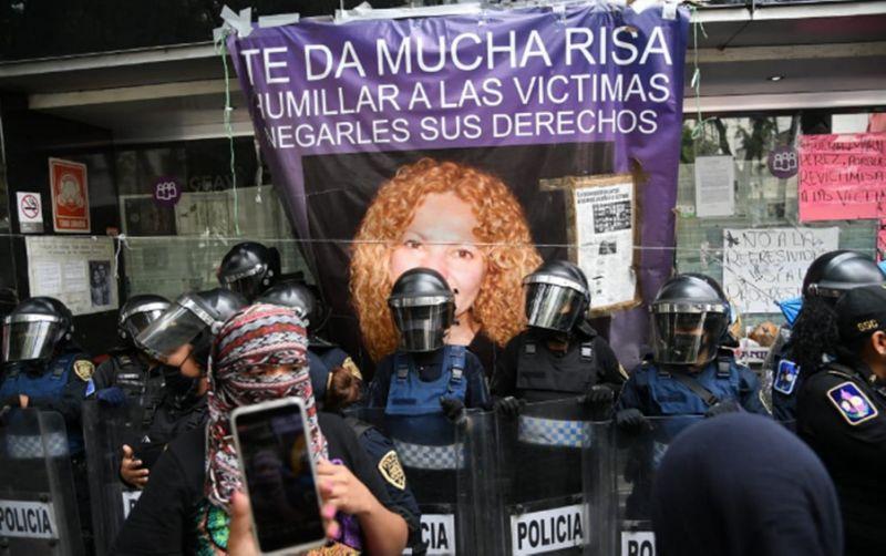 Manifestantes de CNDH se trasladan a la comisión de víctimas