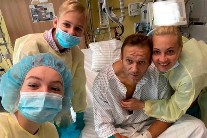 Navalni se muestra a través de las redes sociales y dice estar mejor