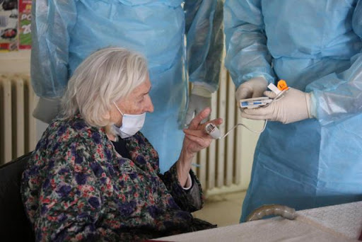 Reino Unido prioriza a enfermos y ancianos ante escasez de test de COVID-19