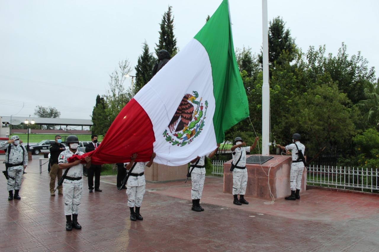 Develan monumento a la Bandera por las Fiestas Patrias