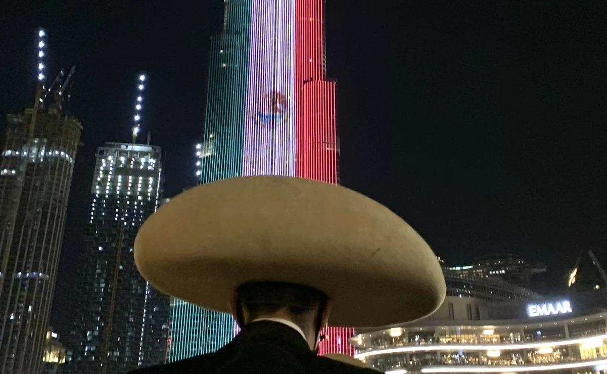 Rascacielos más alto del mundo se ilumina con la Bandera de México