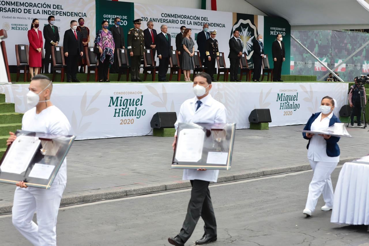 Entrega AMLO la presea 'Miguel Hidalgo' a profesionales de la Salud