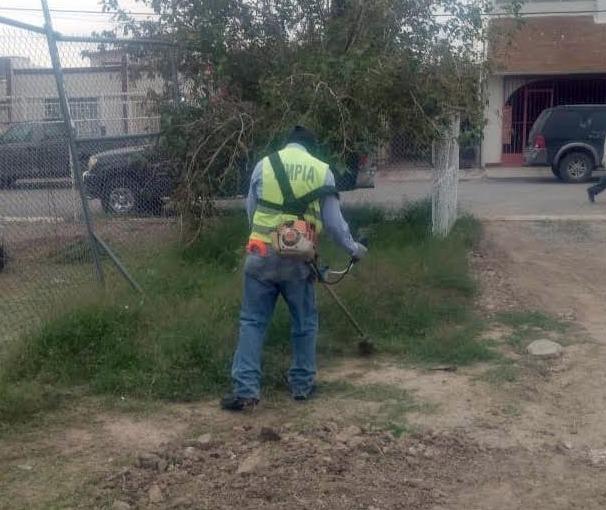Ordenan autoridades municipales brigada de limpieza en escuelas