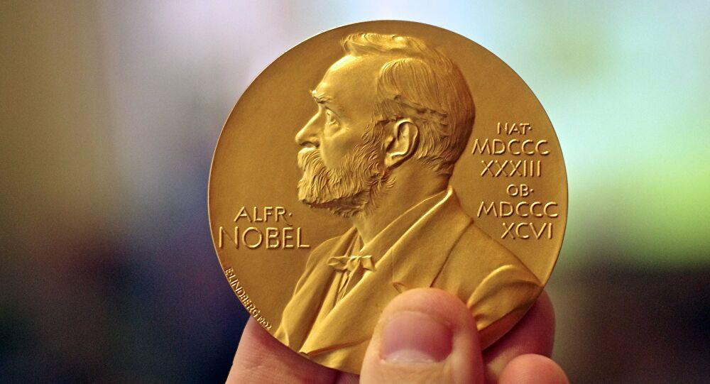 Anuncian a ganadores del Nobel de Física por su descubrimiento sobre los agujeros negros