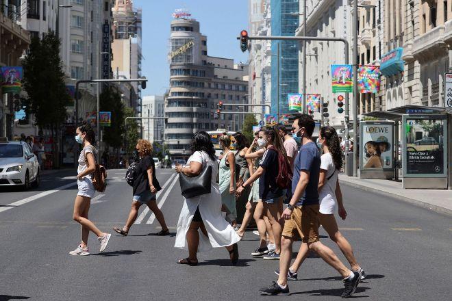 España confina a 5.7 millones de personas en municipios para frenar la covid