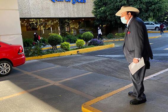Operan al senador Guadiana  por desprendimiento de retina