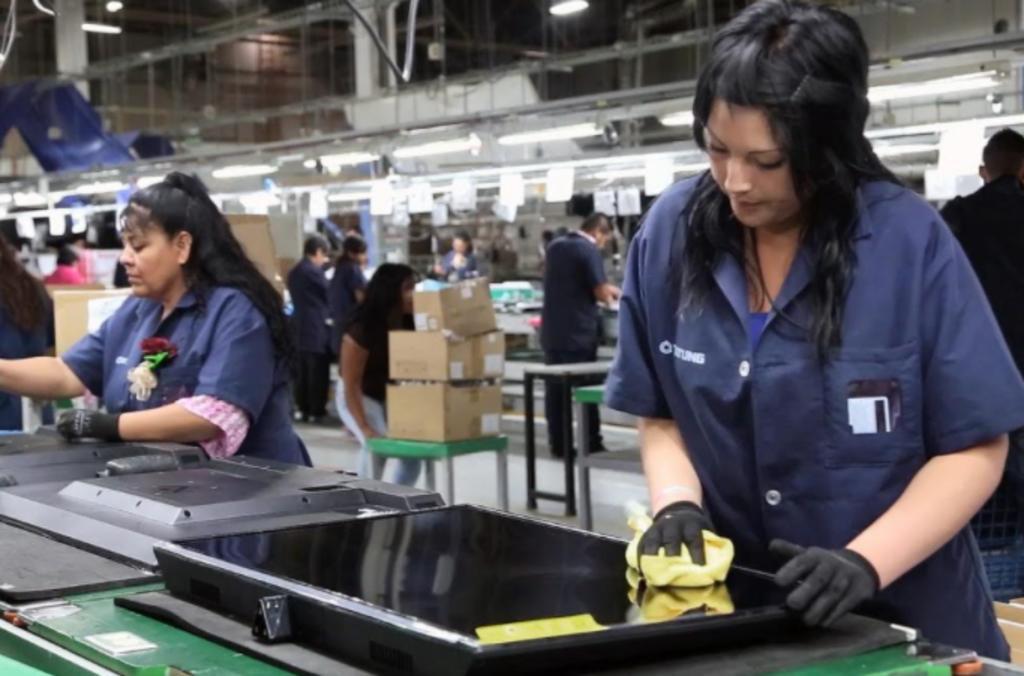 'Mujeres trabajan 6.2 horas más que el hombre a la semana en México'