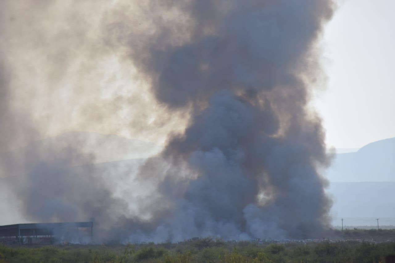 Sofoca y controla Protección Civil incendio del relleno sanitario de frontera
