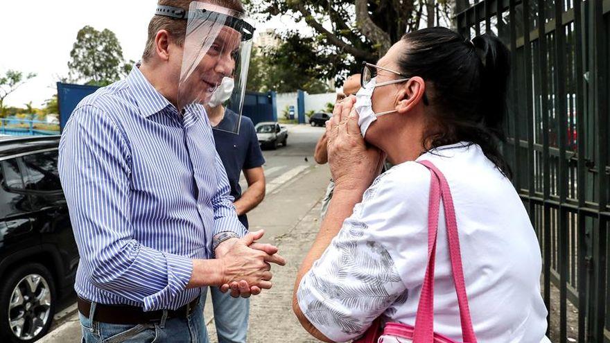 Candidato a alcalde en Brasil sugiere que los sin techo resisten más la COVID