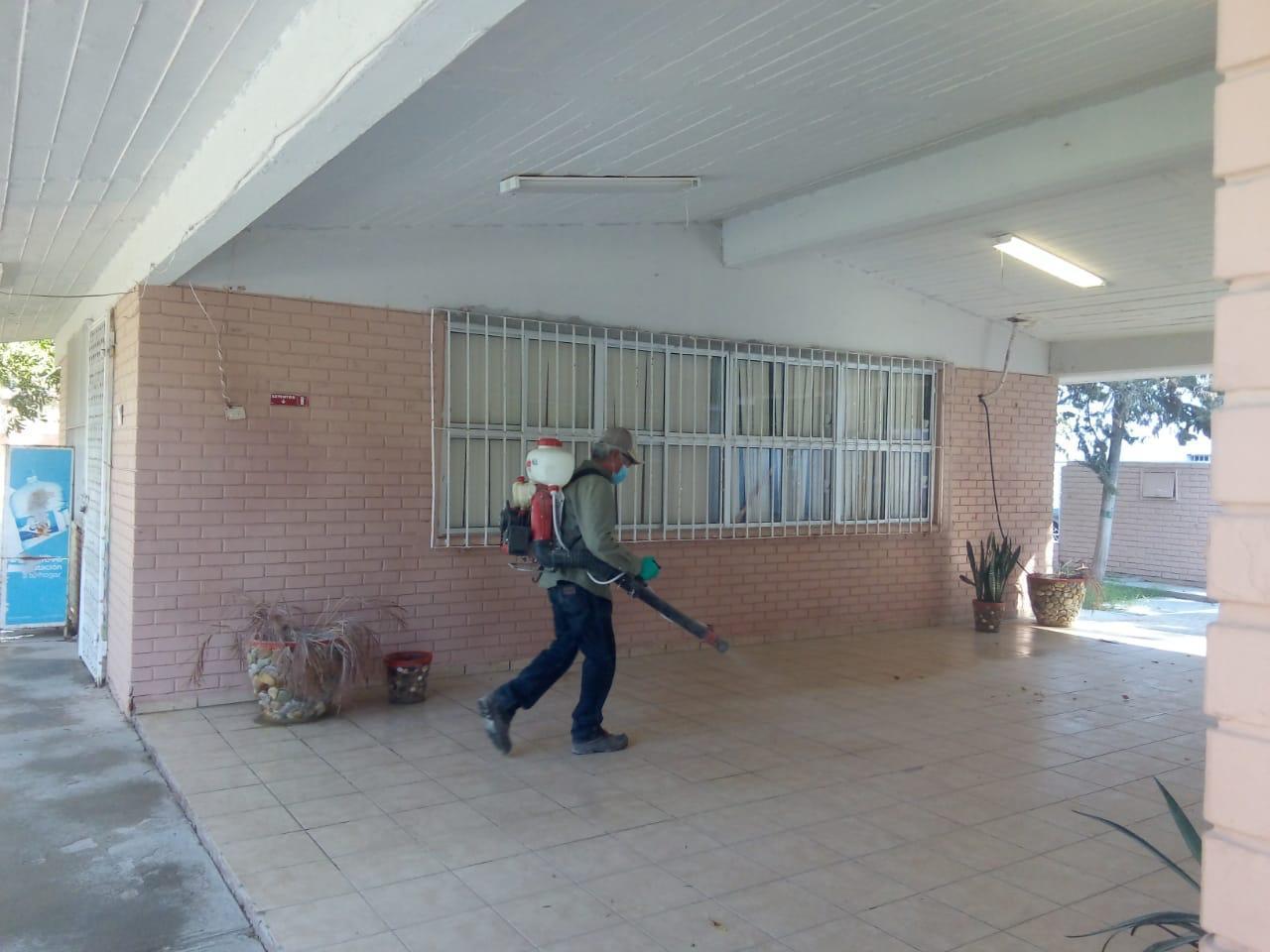 Sanitizan espacios donde la gente votará este domingo